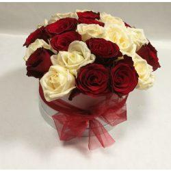 Vörös és fehér virágdoboz